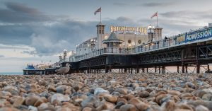 Quelle: www.visitbrighton.com - Brighton Palace Pier at dusk viewed from pebbles - Credit Adam Bronkhorst